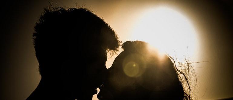 Как намекнуть парню на поцелуй?