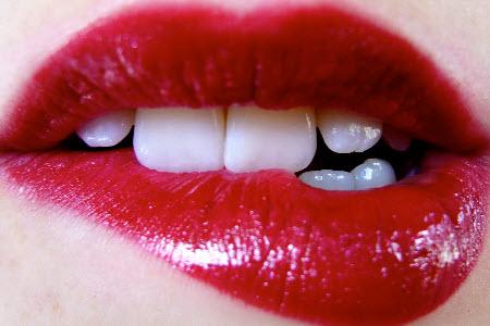Как научиться целоваться без партнера?