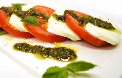 Итальянский салат капрезес моцареллой